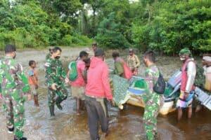 Peduli Kesulitan Warga, Satgas Yonif 125 Bantu Evakuasi Seorang Ibu yang Hendak Melahirkan