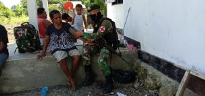 Susuri Kampung Rimer Sary, Satgas Yonif 754 Beri Pelayanan Kesehatan Kepada Warga Perbatasan