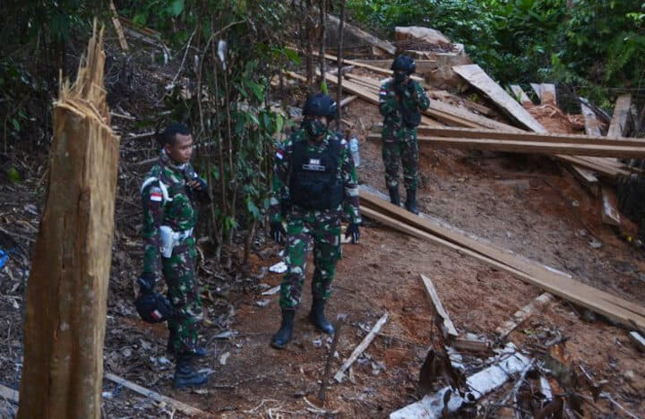 Patroli Hutan, Satgas Yonif 623 Cegah Pembalakan Liar Hutan Lindung Perbatasan