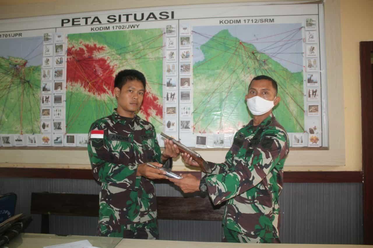 Hasil Operasi, 4 Senpi Rakitan Diserahkan Satgas Yonif 713 Kepada Kolaksops Korem 172
