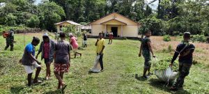 Kebersamaan Satgas Yonif R 100 dan Warga Kampung Wembi, Kerja Bakti Bersihkan Tempat Ibadah