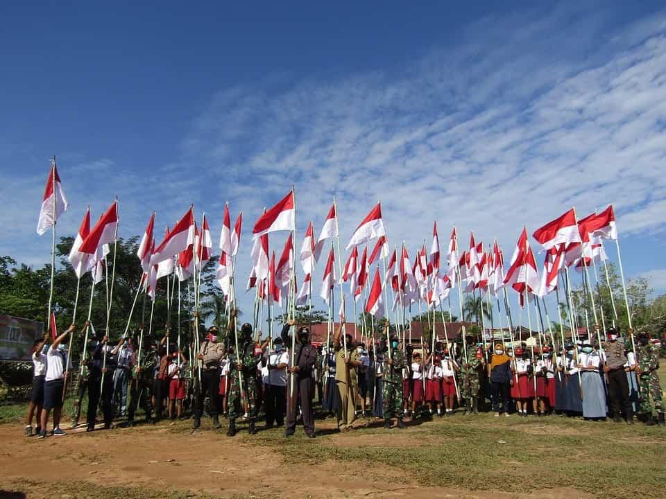 Pasang 300 Bendera, Satgas Yonif 133 Bersama Masyarakat Merah Putihkan Desa di Perbatasan