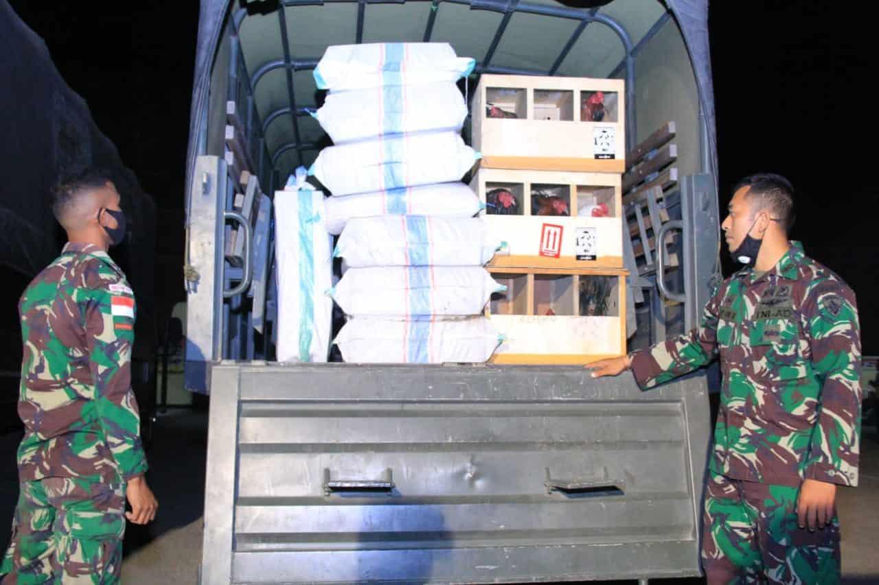 "Satgas Pamtas RI-RDTL Yonif RK 744 Berhasil Gagalkan Upaya Penyelundupan di Perbatasan RI-Timor Leste JAKARTA – tniad.mil.id – Tim Intel Satgas Pamtas RI-RDTL Yonif RK 744/SYB berhasil menggagalkan upaya penyelundupan 60 karton rokok, 3 karung tembakau dan 25 ekor ayam jantan aduan yang dilakukan ADK (40) warga Desa Kenebibi untuk dikirim ke Timor Leste tanpa dokumen resmi. Hal tersebut disampaikan Dansatgas Pamtas RI-RDTL Yonif RK 744/SYB Letkol Inf Alfat Denny Andrian dalam keteranganya di Belu, Atambua,Nusa Tenggara Timur (NTT), Senin (24/8/2020). Alfat menuturkan, penggagalan upaya penyelundupan ini atas informasi yang diperoleh tim Intel Satgas bahwa salah seorang warga yang berprofesi sebagai nelayan akan melakukan pengiriman barang-barang yang tidak dilengkapi dokumen resmi. ""Atas informasi tersebut, kami bekerja sama dengan aparat Kodim Belu dan Polres Belu untuk tindak lanjut menangkap pelaku, dan kami dapati barang bukti yang akan diselundupkan oleh pelaku, "" terangnya. Lebih lanjut dikatakannya, seluruh barang bukti sudah diamankan di Polres Belu dan pelaku ADK sedang dalam penyeledikan lebih lanjut untuk pendalaman . Sementara itu Kapolres Belu AKBP Shaleh, SH. S.IK. Msi mengungkapkan, semua jajaran dan pihak terkait harus selalu waspada dengan segala kemungkinan yang terjadi. Pihaknya mengapresiasi kerja sama Satgas Pamtas Yonif RK 744/SYB dalam mencegah pelanggaran hukum di wilayah perbatasan. ""Kesuksesan dalam menggagalkan penyelundupan ini adalah hasil dari kerja sama kita yang sangat apik. Semoga ke depannya sinergitas antara TNI-Polri terutama di wilayah perbatasan semakin solid dalam mengantisipasi kegiatan ilegal,"" tegas Shaleh (Dispenad)"