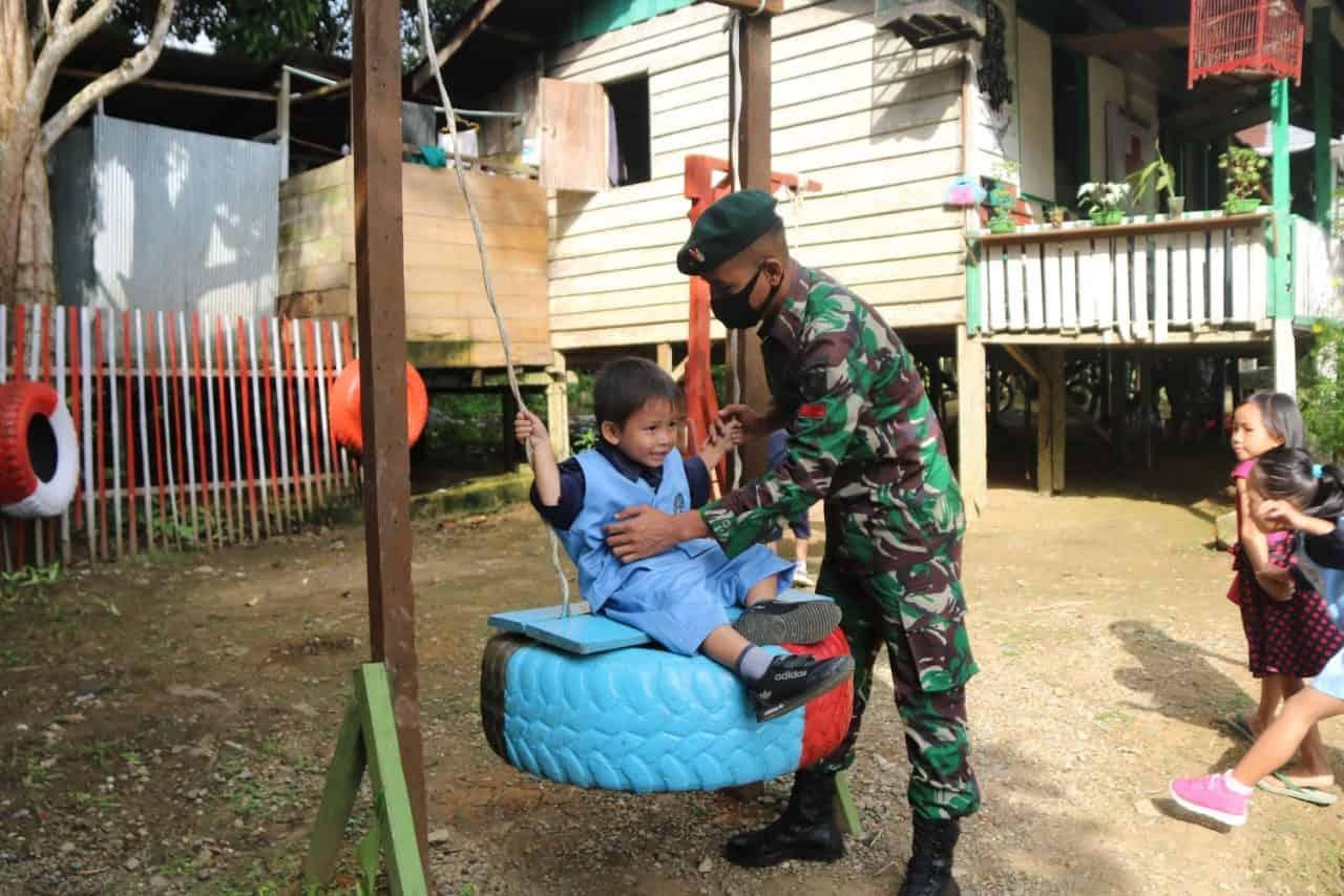 Manfaatkan Ban Bekas, Satgas Pamtas RI-Malaysia Yonif R 200/BN Buat Taman Bermain Anak-Anak di Perbatasan