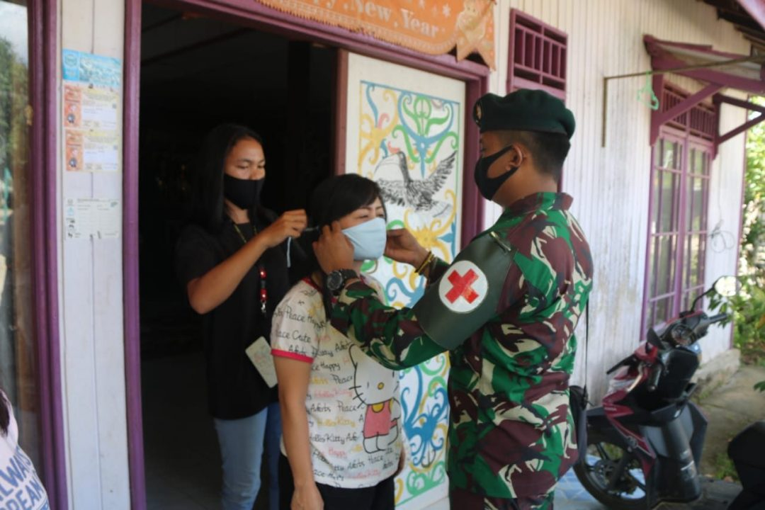 Bagikan Masker Gratis, Satgas Pamtas Yonif R 200/BN Ajak Masyarakat Perbatasan Lawan Covid-19