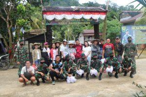 Meriahkan HUT Kemerdekaan, Satgas Yonif R 200 Bersama Karang Taruna Bagikan Bendera di Perbatasan