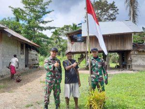 Bagikan Bendera Merah Putih, Satgas Yonif 312 Bersama Warga Sambut HUT RI ke 75 di Papua