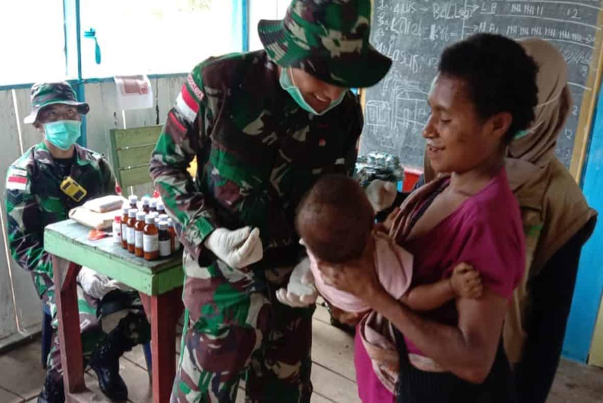 Meriahkan HUT ke-72, Satgas Yonif 312 Gelar Baksos di Kampung Tatakra