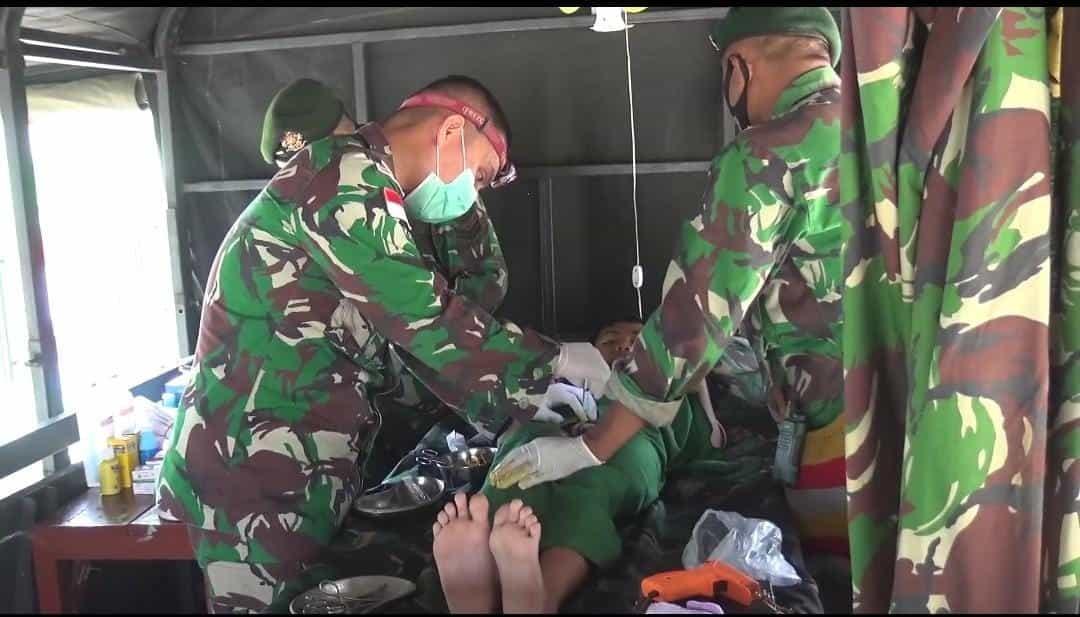 Gunakan Morocutter, Satgas Yonif 413 Sunat Anak-Anak dan Orang Dewasa di Perbatasan