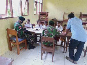 Jaga Kualitas Belajar Siswa Perbatasan, Satgas Yonif 413 Bantu Mengajar di SD Kriku