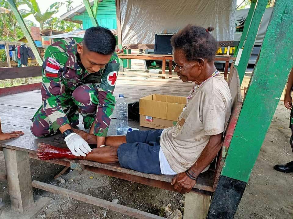 Tersabet Parang, Melau Waybery Diobati Satgas Yonif 312/KH