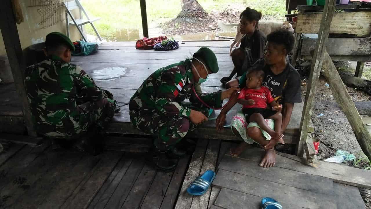 Yankes Keliling Kampung, Satgas Yonif MR 413 Jamin Kualitas Kesehatan di Papua