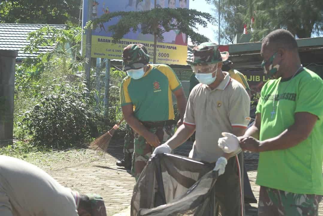Sambut HUT RI Ke-75, Satgas Yonif 413 Bersihkan Lingkungan Di Batas Negara RI-PNG