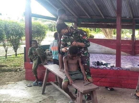 Kembali Sekolah, Satgas Yonif 413 Cukur Anak Kampung Pitewi