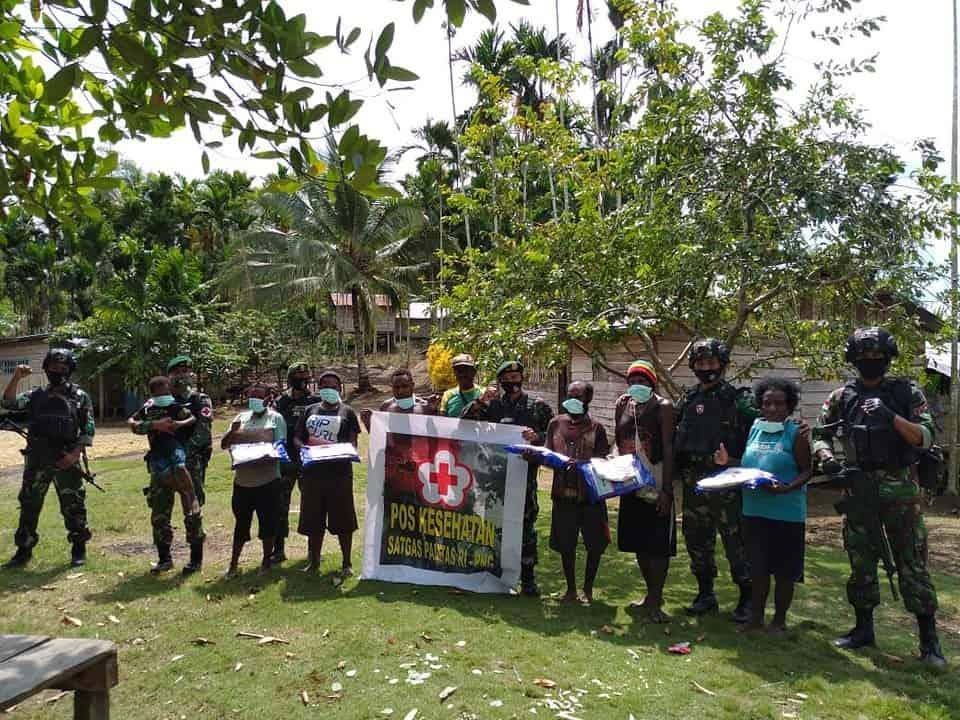 Cegah Malaria, Satgas Yonif 413 Bagikan Kelambu Disinfektan di Papua