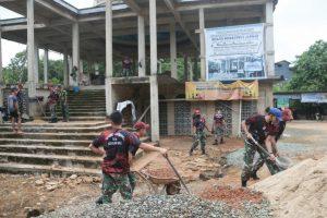 Satgas Yonif R 641 Bersama Masyarakat Perbaiki Masjid Sirotul Jannah
