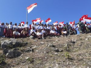 HUT RI ke-75, Satgas Yonif 744 Gelar Upacara di Atas Bukit Holjab