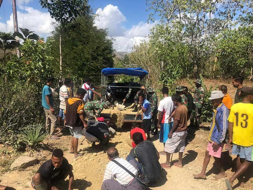 Satgas Yonif RK 744 Bersama Masyarakat Perbaiki Jalan Desa di Wiltas