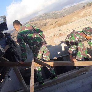 Rusak Akibat Terjangan Angin, Satgas Yonif 744 Bantu Perbaiki Rumah Warga