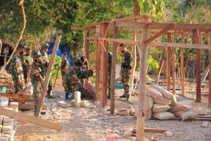 Satgas Yonif RK 744 Pebaiki Rumah Tidak Layak Huni Warga Perbatasan