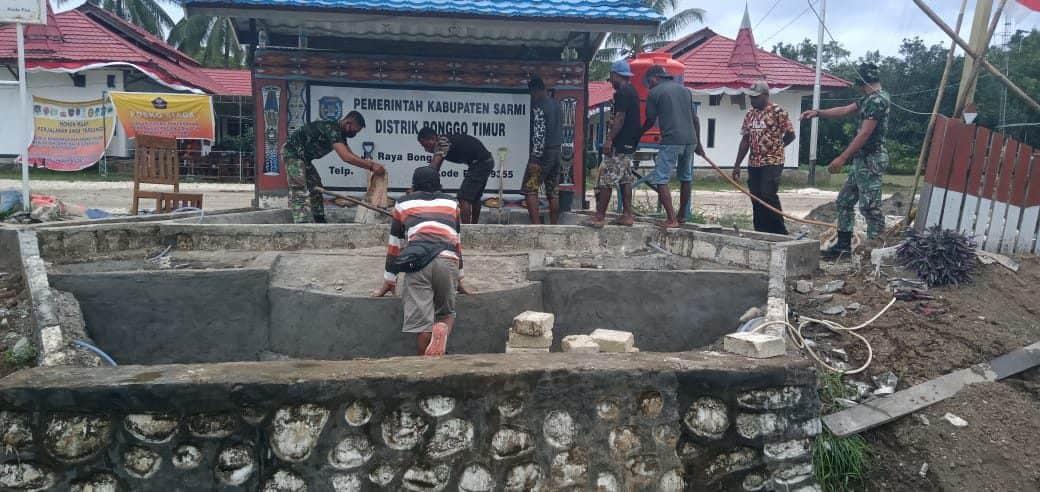 Satgas Yonif 754 Bantu Buat Taman dan Kolam di Kantor Distrik Bonggo
