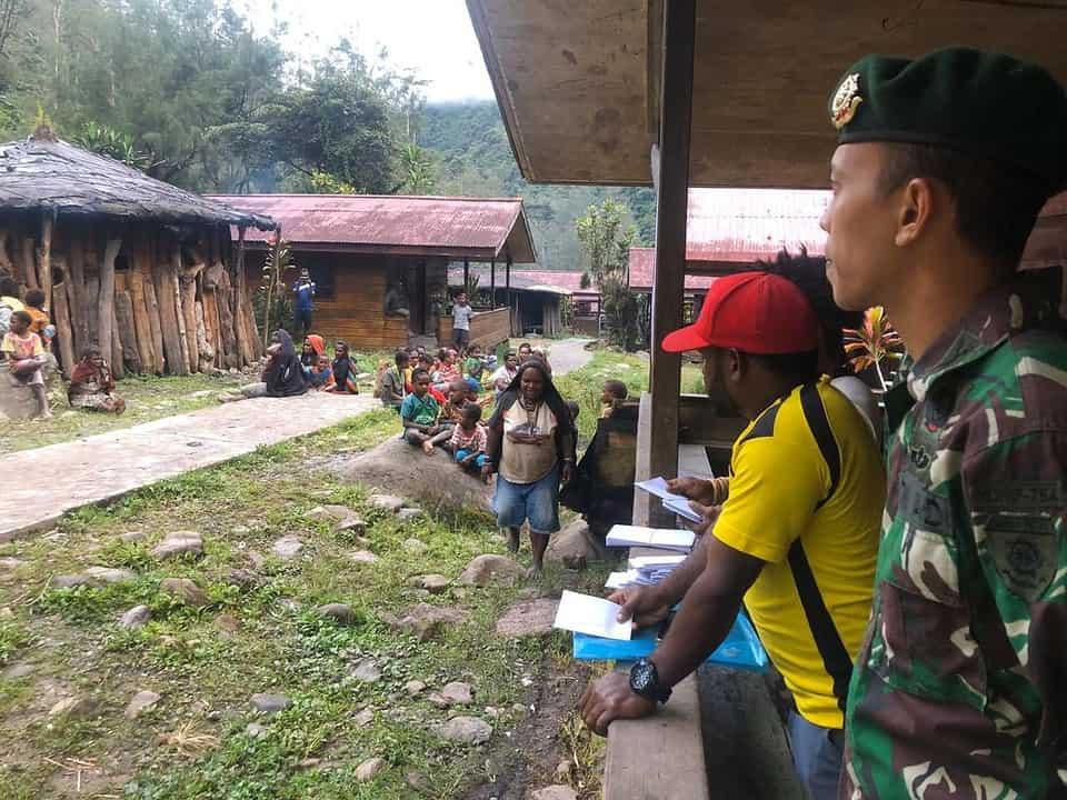 Berikan Rasa Aman dan Nyaman, Satgas Yonif 754 Kawal Pembagian BLT di Kampung Beanegogom