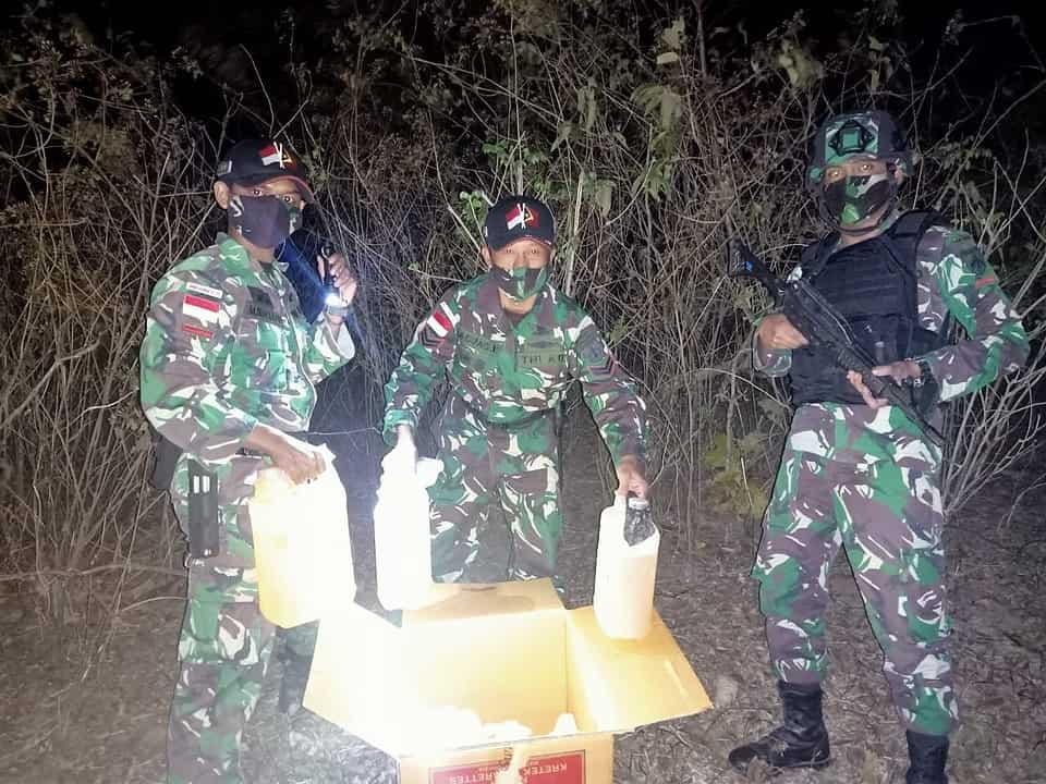 Penyelundupan 12 Jerigen BBM Digagalkan Satgas Yonarmed 3/105 Tarik di Perbatasan RI-RDTL
