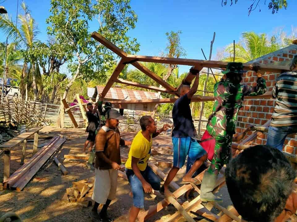 Bantu Warga Pra Sejahtera, Satgas Yonarmed 3/105 Tarik Renovasi Rumah Tinggal Menjadi Layak Huni