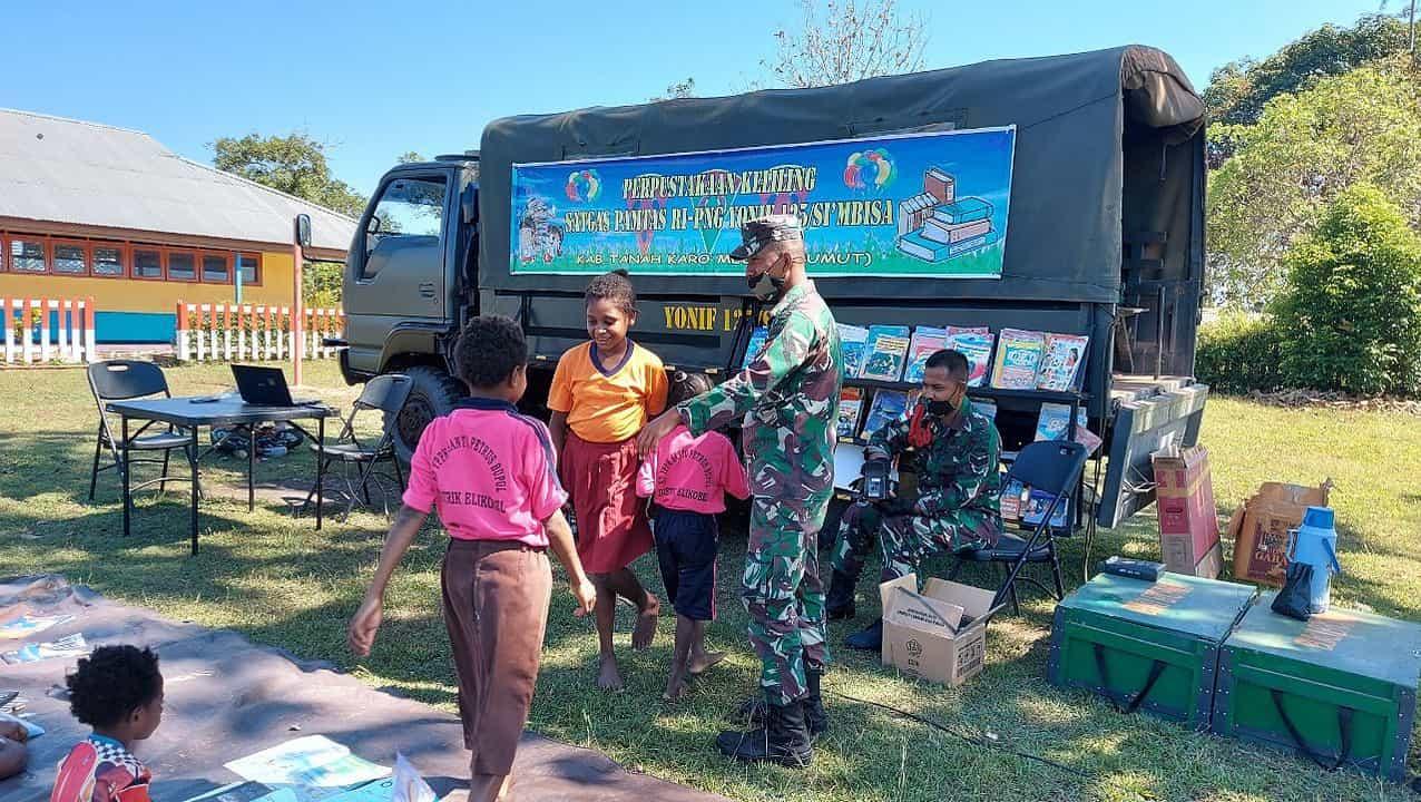 Keceriaan Anak-Anak Perbatasan Disambangi Perpustakaan Keliling Satgas Yonif 125/Si'mbisa