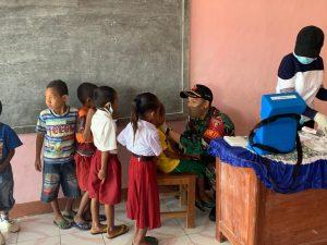 Bersama Puskesmas Eban, Satgas Yonarmed 3/105 Tarik Gelar BIAS Bagi Anak Perbatasan