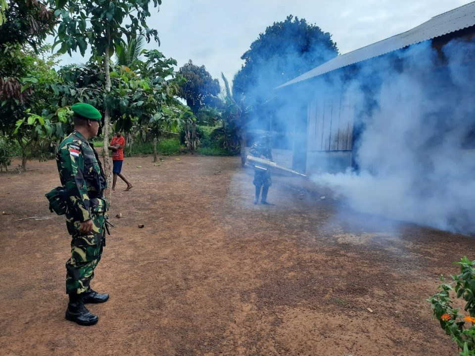Cegah Malaria dan Demam Berdarah, Satgas Yonif 125 Lakukan Fogging di Kampung Erambu