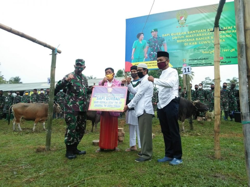 Personel TNI Bagikan Hewan Kurban Kasad kepada Pengungsi Luwu Utara
