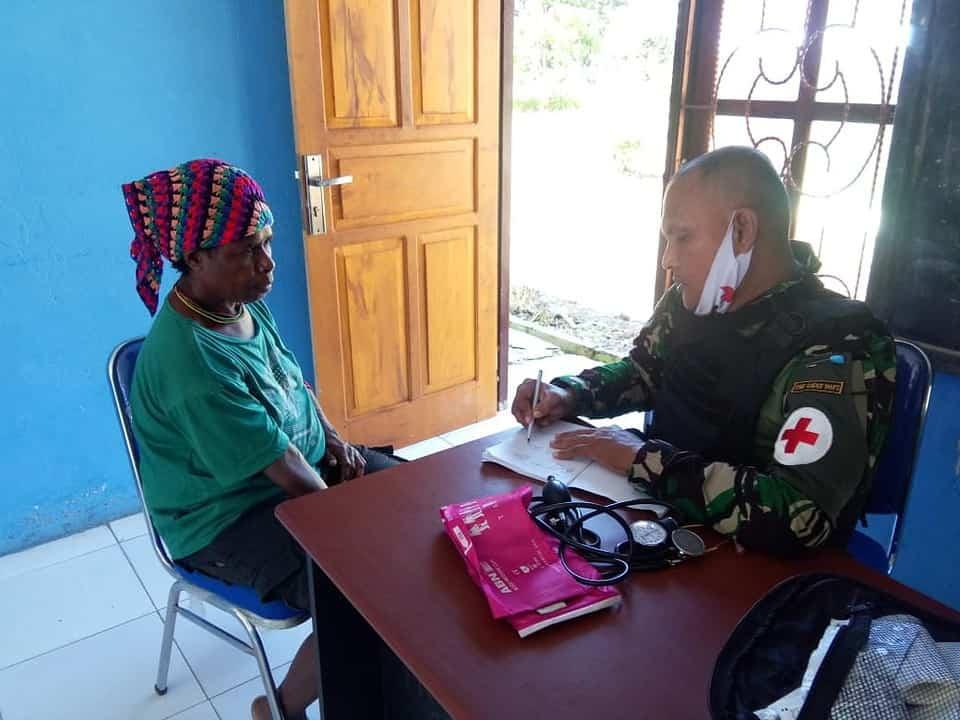 Tumbuhkan Rasa Kepedulian, Satgas Yonif Raider 100 Gelar Yankes di Kampung Pyawi