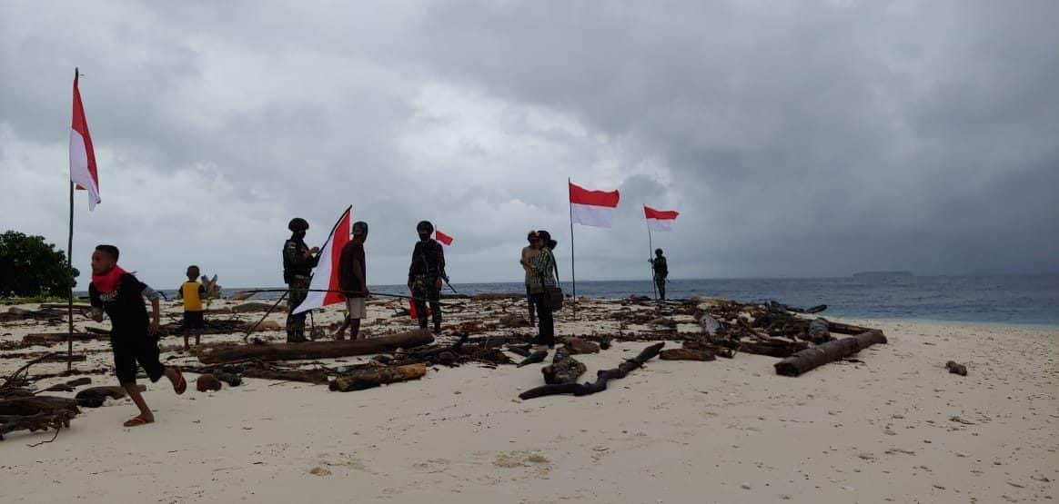 Lewati Laut Pasifik, Satgas 754 Kostrad gelar pengobatan gratis dan bantu warga serta memerah putihkan Pulau Anus