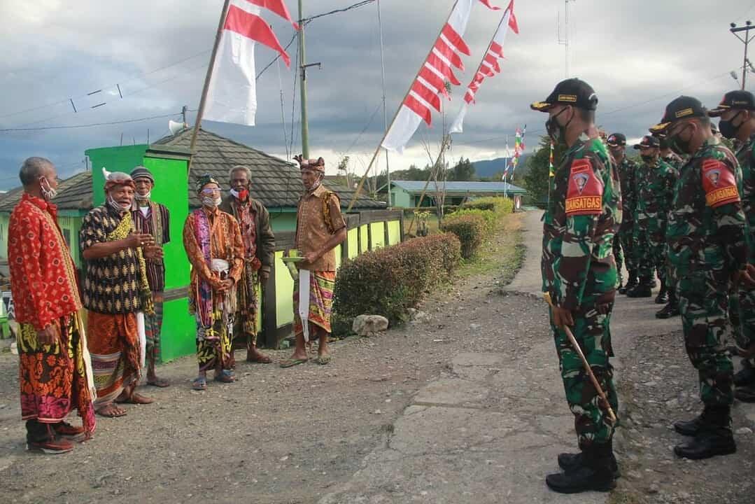 Ikuti Tradisi Adat, Satgas Yonarmed 3/105 Tarik Diterima Sebagai Warga Baru Timor Tengah Utara