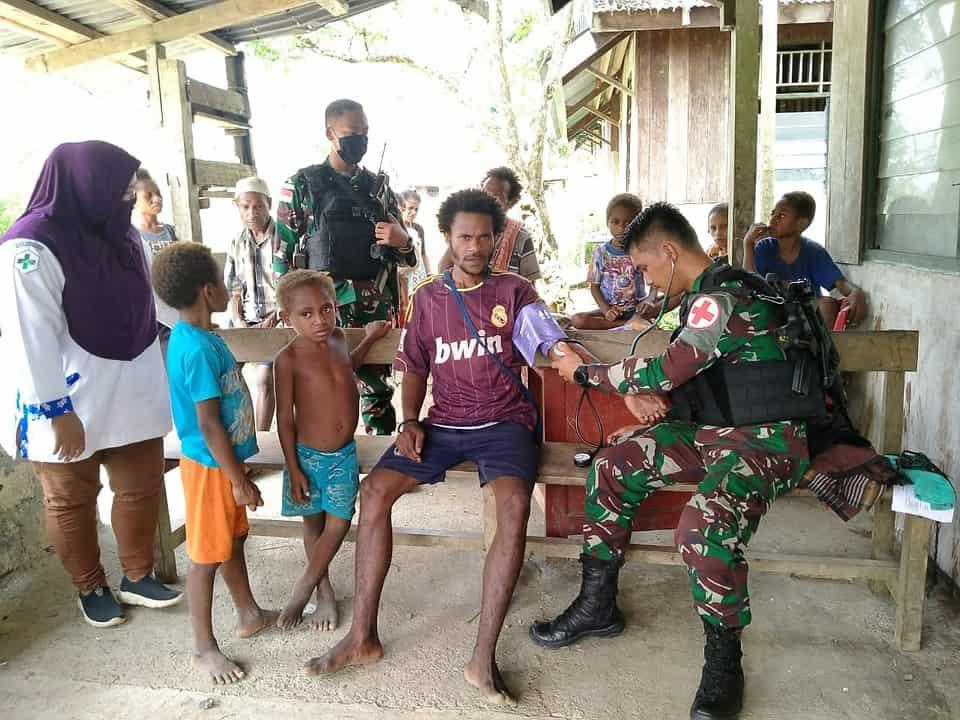 Gelar Bakti Sosial di Kampung Monggoefi, Satgas Pamtas Yonif 312/KH Berikan Layanan Kesehatan