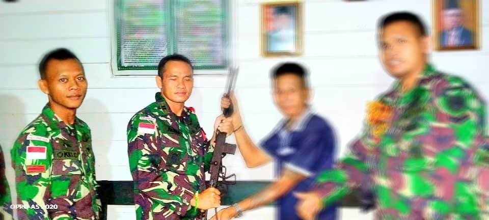 Satgas Pamtas Yonif R 200/Terima Penyerahan Senjata Rakitan Dari Warga