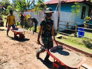 Satgas Yonif 125/Si'mbisa Bersama Warga Kerja Bakti Pengerasan Jalan Di Kampung Rawa Biru