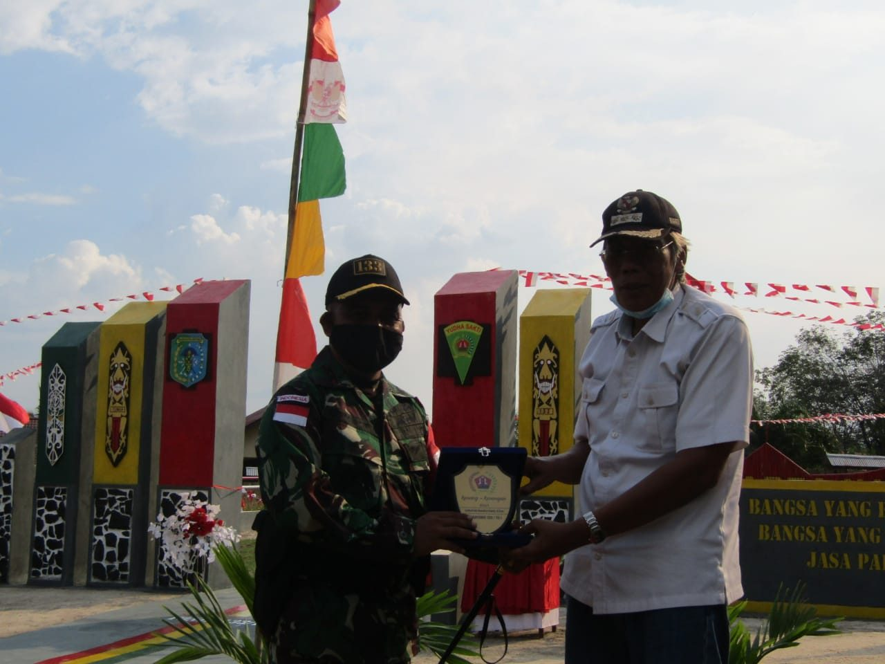 Penghargaan Bagi Pahlawan Pada HUT Ke-75 RI, Satgas Yonif 133/YS Bangun Gapura dan Resmikan TMP Dwikora