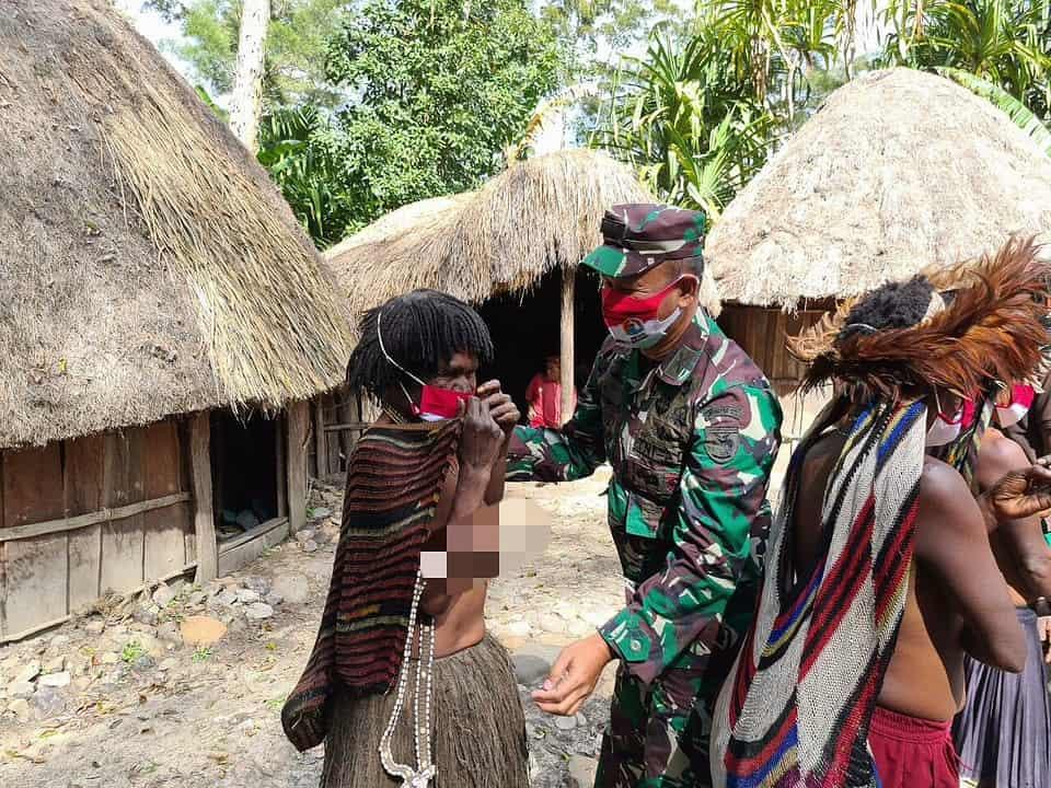 Kunjungi Kodim Jayawijaya, Kasrem 172/PWY Bagikan Masker dan Perlengkapan Sekolah