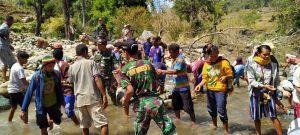Bantu Kebutuhan Air Bersih, Satgas Yonarmed 3/105 Tarik Gali Lubang Resapan Air