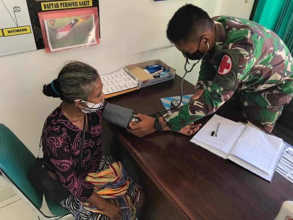 Peduli Kesehatan Warga Perbatasan, Satgas Yonarmed 3 Berikan Pelayanan Gratis Warga Eban