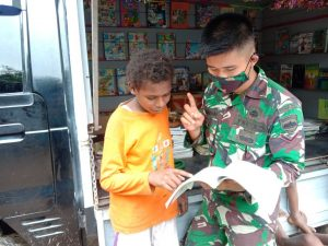 Cerdaskan Anak Perbatasan, Satgas Yonif 125 Hadirkan Perpustakaan Keliling Sambangi Kampung Sota