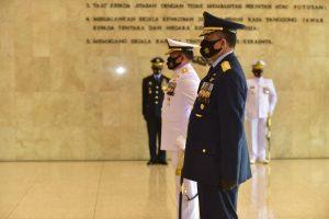 Wakasad Hadiri Penyematan Tanda Kehormatan Bintang Angkatan Kelas Utama oleh Panglima TNI