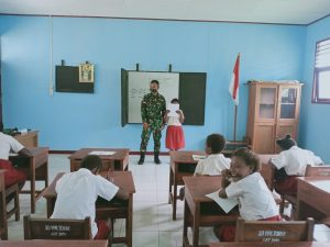 Cerdaskan Generasi Muda Perbatasan, Satgas Yonif 125/Si'mbisa Mengajar Anak-Anak di Toray