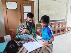 Peduli Pendidikan, Satgas Pamtas Yonif R 200/BN Bantu Mengajar di SD Perbatasan RI-Malaysia