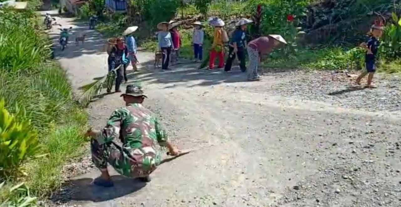 Jaga Kebersihan Lingkungan, Satgas Yonif R 200 Bersama Warga Bersihkan Jalan Desa Long Punjungan