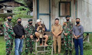Didampingi Kades, Warga Desa Long Alango Serahkan Senpi Rakitan ke Satgas Yonif R 200