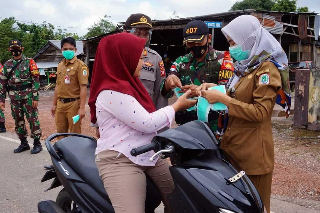 Satgas 407 Disiplinkan Masyarakat Perbatasan RI-Malaysia Patuhi Protokol Kesehatan