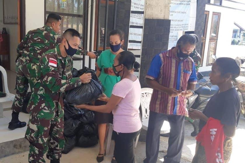 Peduli Sesama Anak Bangsa, Satgas Yonif RK 744 Gelar Baksos di Perbatasan RI-RDTL